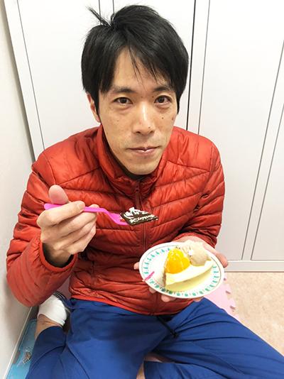 ケーキを食べる院長